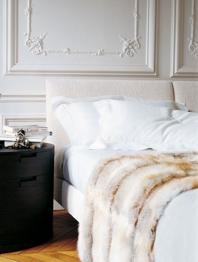 Crushing on decorating with faux fur blankets in the bedroom for Decoration haussmannienne